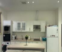 شقة للايجار بحي النرجس  جديدة بمكيفات ومطبخ راكب مع سطح واسع ..