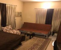 شقةمؤثثة في الدور الأول العلوي  غرفة و صالة