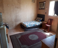 متاح غرفتين في شقه بها ثلاث غرف و٢ حمام ومطبخ وصاله