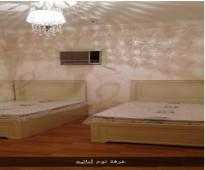 شقة ممتازة للايجار مفروشة نظيفة جدا تتكون من ثلات غرف وصالة وحمامين