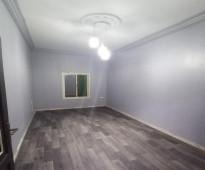 شقة 3 غرف للايجار في السلامةة مكيفات و مطبخ راكب