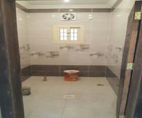 شقه 5 غرف أماميه بمدخلين + 3 دورات مياه وصاله ومطبخ مساحة 150م 360 الف ريال بناء جديد لم يستخدم + تشطيب سوبر لوكس + قريب