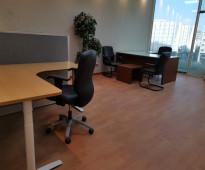 مكتب مؤثث ومجهز بالكامل