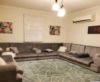 شقة سطح في فلة  مكونه من صالة وغرفة نوم و مطبخ راكب  مؤثثة